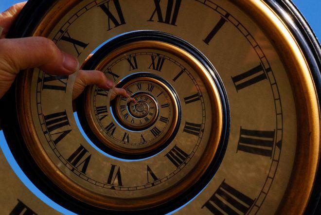 İki fizikçi zamana karşı iki parçacığın dolanık olabileceğini matematiksel olarak tanımladı. Zaman içinde hareket eden bir kuantum mesajı?!..  (Image: flickr/Darren Tunnicliff)