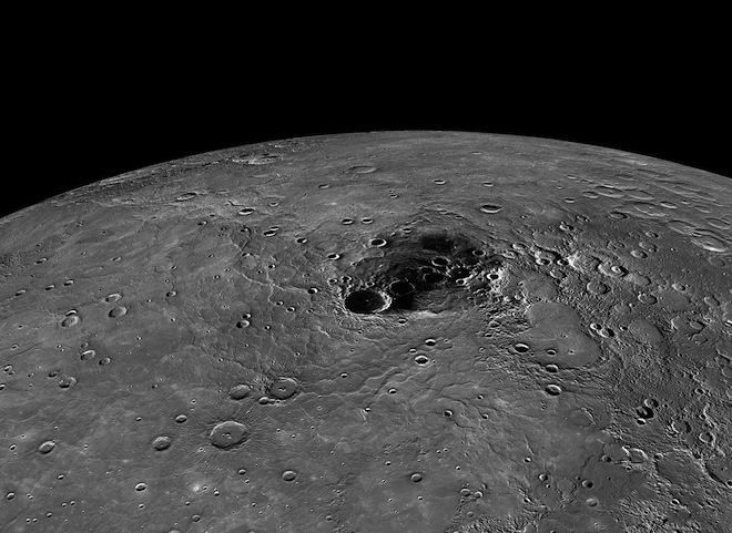 Merkür'ün kuzey kutbu, Prokofiev (büyük olanlarından) gibi kraterler kalıcı gölgeli bölgelerde yani Güneş ışığının hiç görülmediği yerlerdedir. Bu kraterlerin buz hâlinde su ve organik madde içerdiği tespit edildi. Image: NASA/Johns Hopkins University Applied Physics Laboratory/Carnegie Institution of Washington