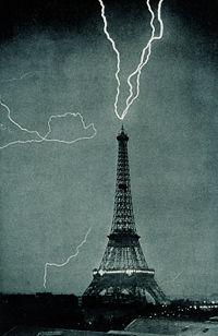 1902 yılında Eiffel Kulesi yıldırım çarpmasından etkilenirken... Credit: NOAA