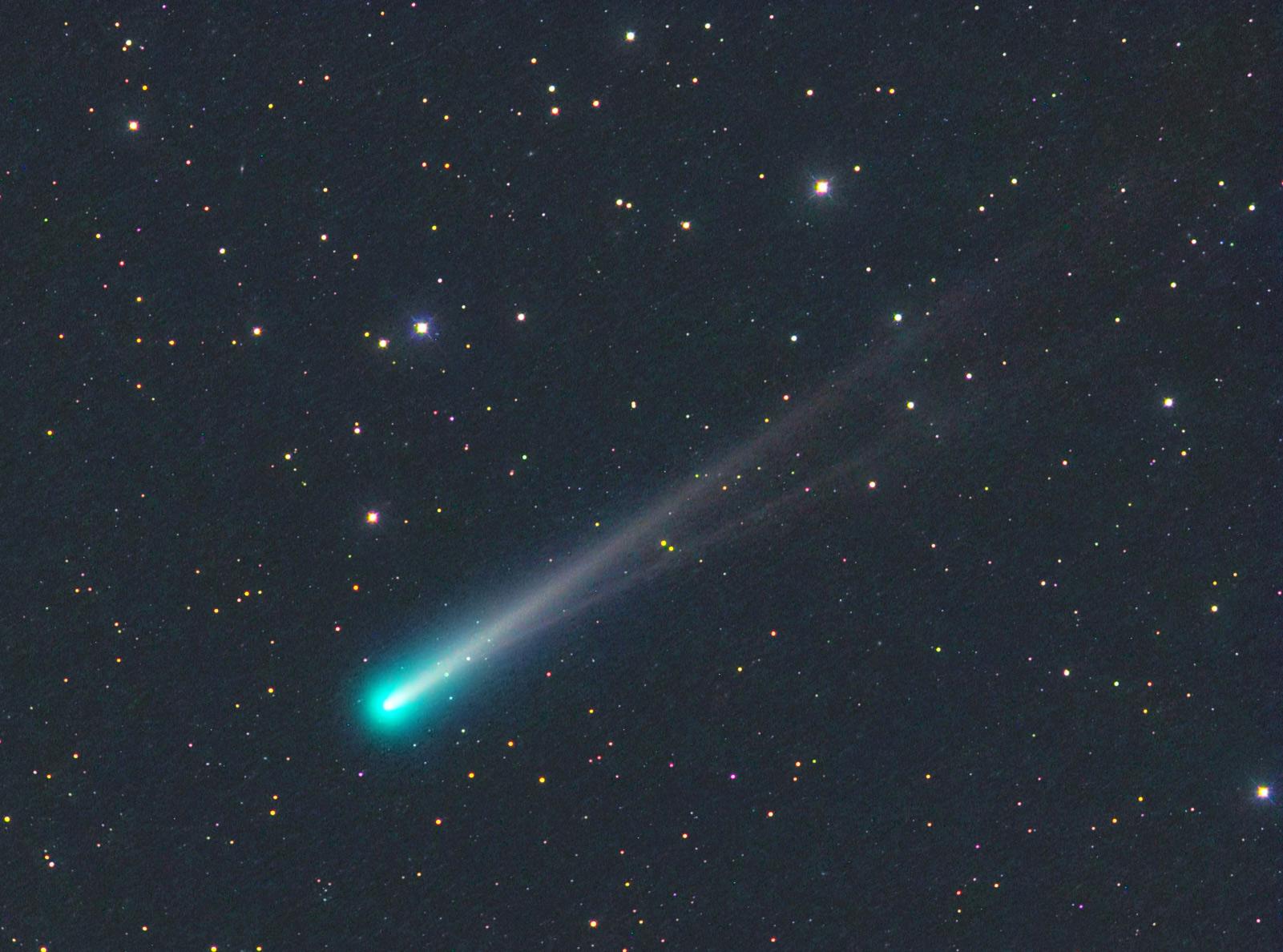 10 Kasım 2013'te amatör gökbilimci Michael Jager'ın yakaladığı ISON kuyrukluyıldızı görüntüsü. Çift kuyruğu fotoğrafın en ilginç yanı.