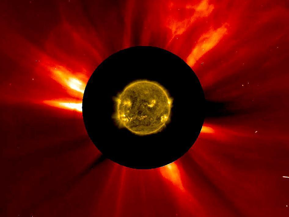 Güneş'in En İç Atmosferi 8-9 Kasım 2012 tarihlerinden birleştirilen bu görüntü Solar Dinamik Gözlemevi (SDO) aracı tarafından görüldüğü şekilde Güneş'in en iç atmosferini göstermektedir. Bir koronal kütle atımı üst sağ köşedeki gibi Güneş'ten uzağa doğru yöneldiği görülebilmektedir. Bilim insanları Güneş'e yakın ve Güneş'ten uzaktaki durumlarda ne olduğunun bağlantısını kurabilmek için bu uzay aracının görüntülerini kıyaslamaktadırlar. Image credit: ESA/NASA