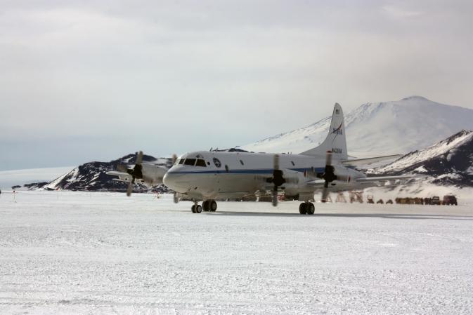 Antartika'nın aktif volkanlarından Erebus Dağı yakınlarındaki McMurdo istasyonuna gelen NASA'nın P-3 hava aracı. Image Credit: NASA / George Hale