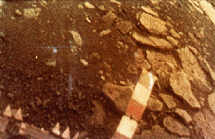 """1 Mart 1982'de Rusların Venera 13 uzay aracının 2 saat 7 dakika Venüs yüzeyinde """"sağ-salim"""" kaldığı sırada gönderebildiği bir görüntü. Credit: NASA History Office"""