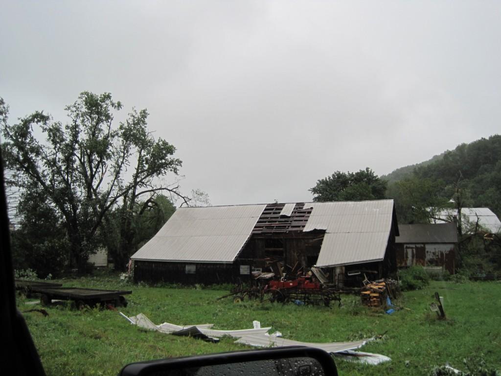 Fırtınadan dolayı çatısı zarar görmüş bir ev.