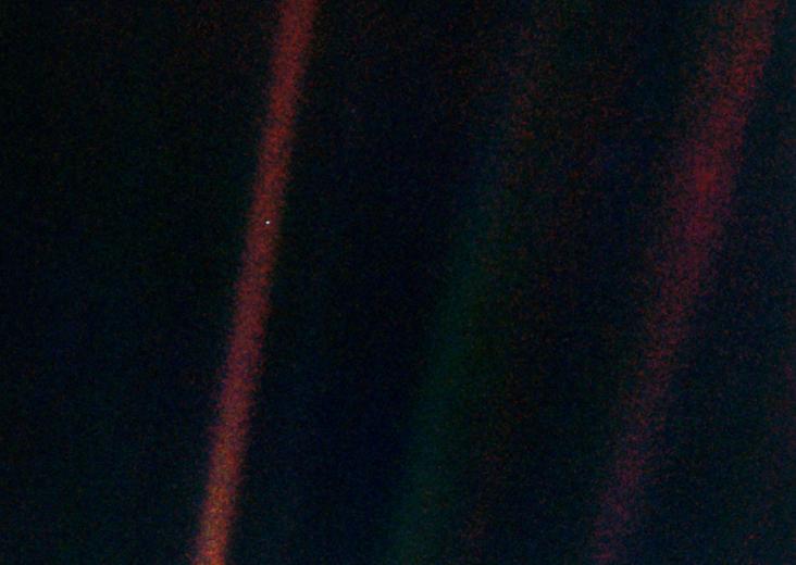 Yaklaşık 6.5 milyar kilometre uzaklıktan Dünya bir nokta kadar. Bu görüntü Voyager-1 aracı tarafından 14 Şubat 1990 tarihinde elde edilmiş. Credit: JPL/NASA