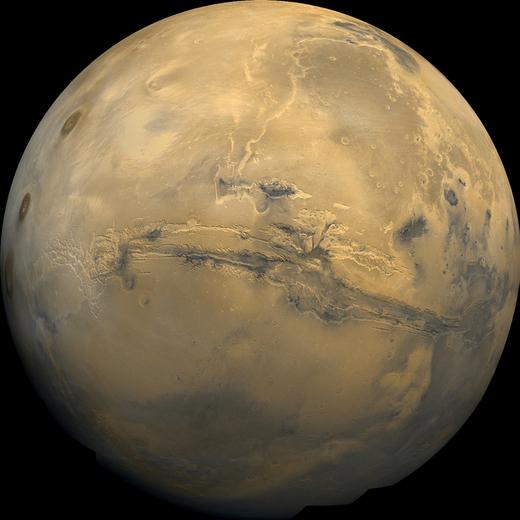 22 Şubat 1980'de Viking-1  yörünge aracı tarafından elde edilen bu Mars görüntüsünde, gezegenin merkezinde 3000 km uzunluğunda ve 8 km derinliğinde Marines Vadilerini görebiliyorsunuz. Image Credit: NASA Credit: NSSDC Photo Gallery
