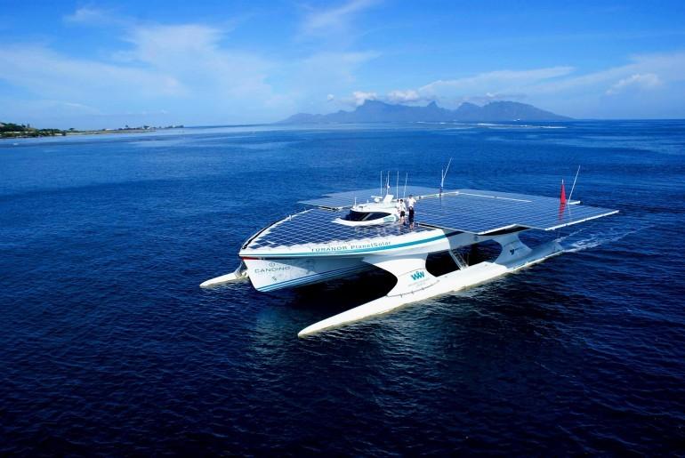 Güneş enerjisiyle çalışan TURANOR yatı Tahiti'yi geçerken