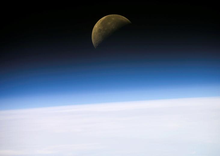 26 Ocak 2003'te elde edilen bu görüntüde Dünya'nın ufkunda Ay'ın doğuşu görülüyor. Credit: NASA