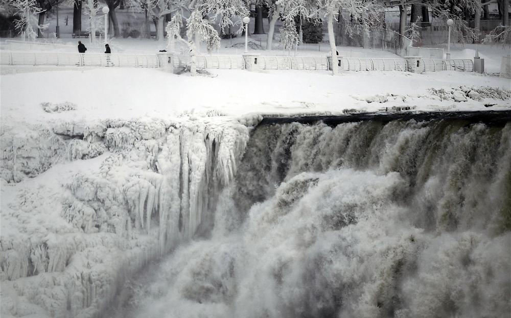Aşırı soğuklar yüzünden Niagara şelalesinin de donduğu açıklandı.