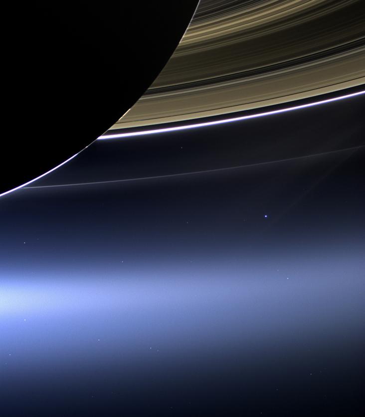 Satürn'den Dünya ve Ay'ı görmek. Merkezde biraz sağ tarafta iki küçük yakın nokta Dünya ve Ay'ın ta kendileri. Credit: NASA/JPL-Caltech/Space Science Institute