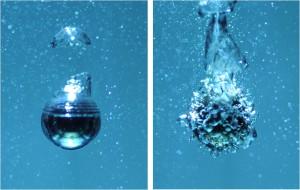 Süper hidrofobik yüzey kaynamış suda baloncuk oluşumunu engellerken (sol), bu nanokaplamanın yapılmadığı bilye yüzeyinde baloncuk oluşumu gözleniyor (sağ). © Ivan Vakarelski
