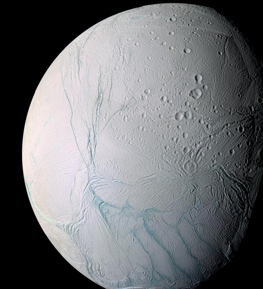 Suyun buharlaşmasından ortaya çıkan Enceladus'un üzerindeki çatlakları bu görüntüde görebilirsiniz. Image:  NASA/JPL/Space Science Institute