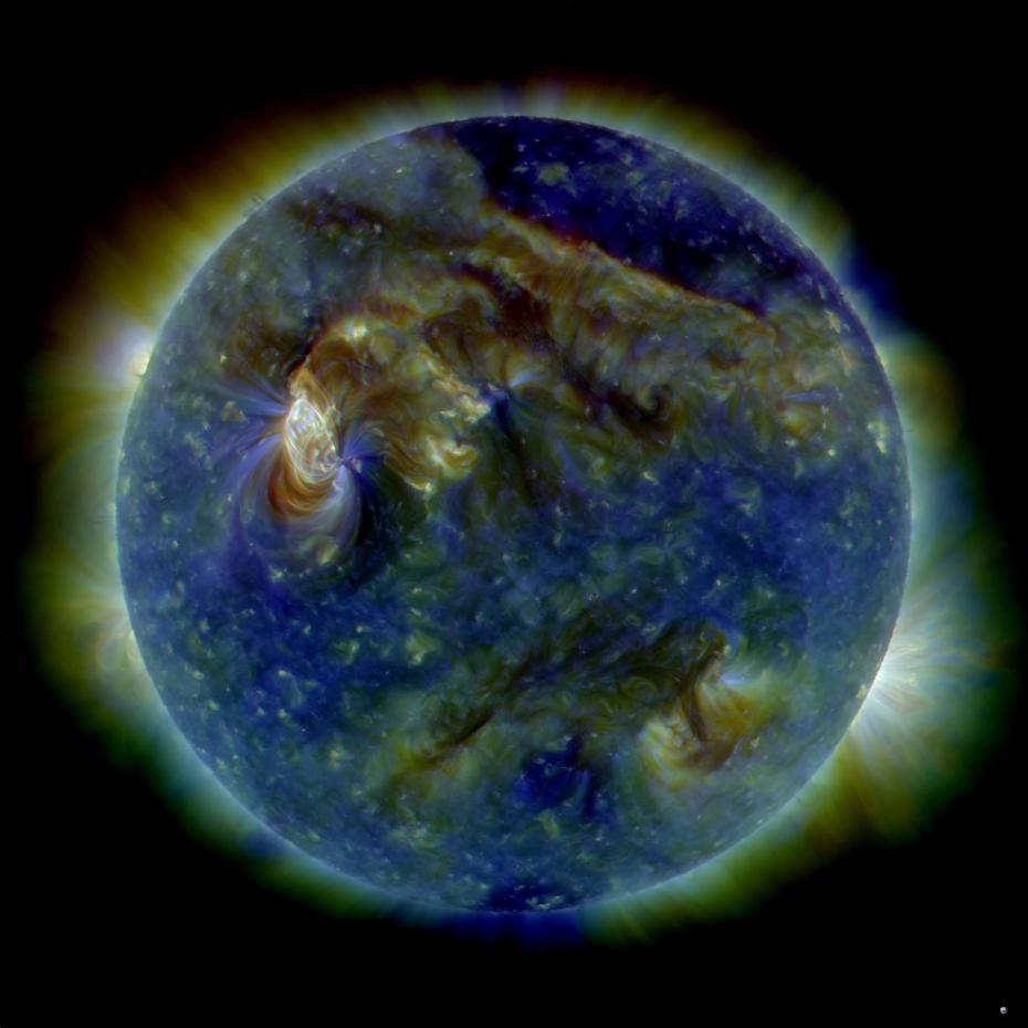 Solar Dinamik Gözlemevi 6 Ağustos 2010 tarihinde bir güneş rüzgarı (sol üst) ve bir koronal kütle atımı (sağ) püskürmesi gözlemledi. Image Credit: NASA/SDO