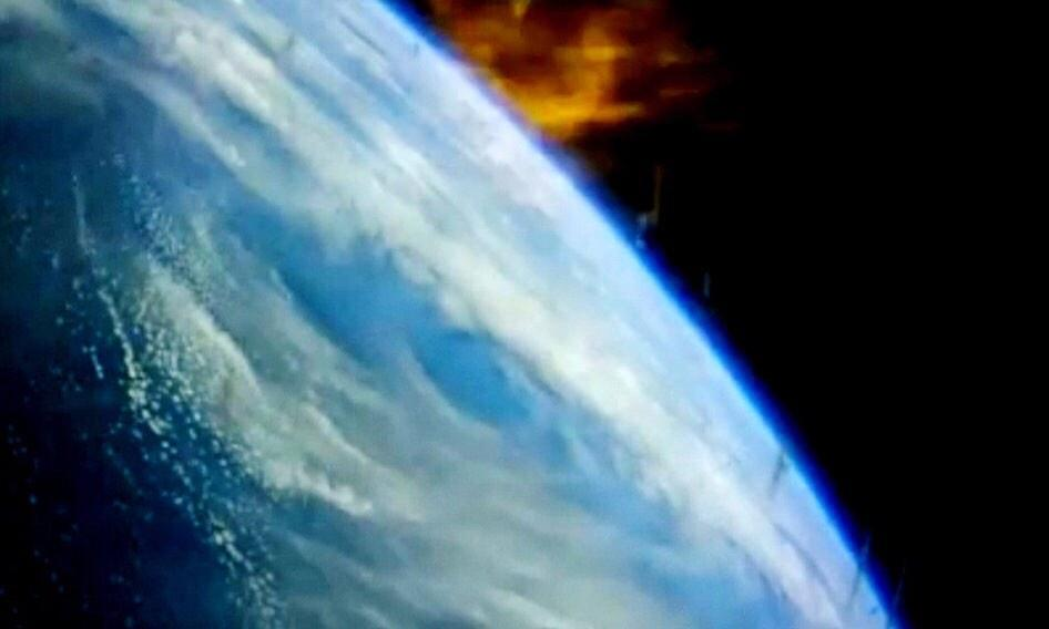 Orion üzerindeki kamera yeniden atmosfere giriş sırasında pencerenin dışını gösteriyor.