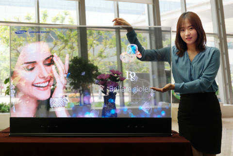 Samsung'un 55-inç'lik şeffaf OLED ekranı. (Photo: Business Wire)
