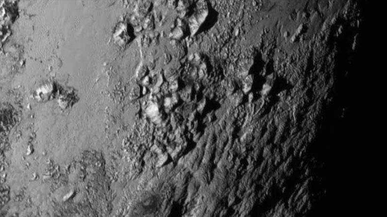 Plüton'un kalp biçimli bölgesinin güneyinde buzul dağlar. NASA-JHUAPL-SwRI