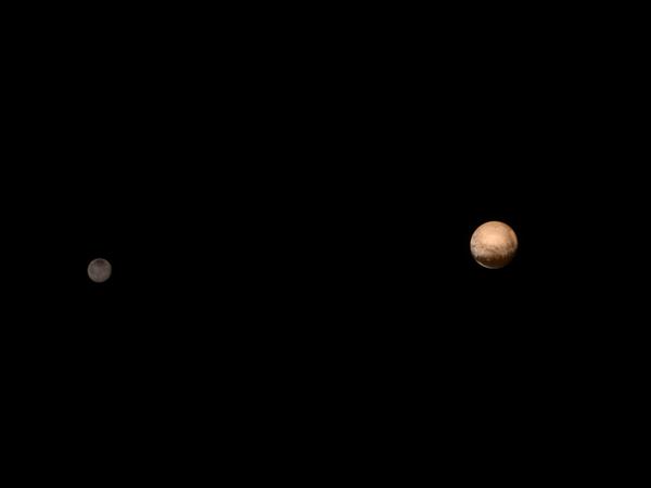Solda küçük olan Charon uydusu.