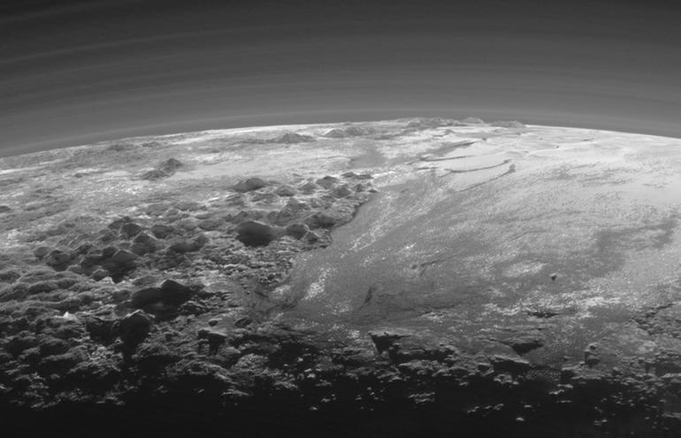 Görüntünün sağ tarafından büyük Sputnik Planum ovası yer alırken, sol tarafta henüz resmi bir şekilde adı konmasa da Norgay Montes ve Hillary Montes adları verilen sıra dağ dizisi var.