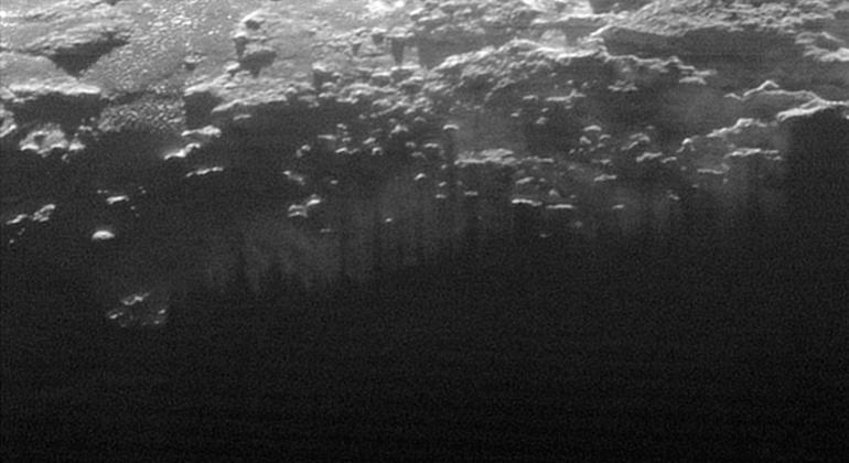 Plüton'un yüzeyinin bu 185 kilometrelik kısmı Güneş'in varlığıyla daha belirgin olan yüzeye yakın sis ya da pusu gösteriyor.