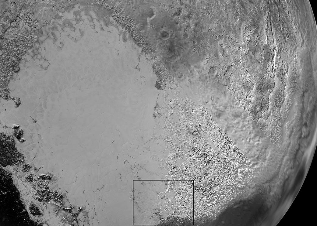 Bu görüntü Plüton'un Sputnik Planum adı verilen ovaların olduğu bölgeye odaklanmış. NASA'daki bilim insanları görüntününs ağında kalan bölgenin daha aydınlık olmasının bir azot buzu ile kaplanması sonucu olabileceğini düşünüyorlar.