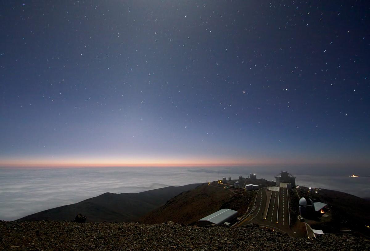 La Silla Gözlemevi'nden görülen ay ışığı ve zodyak ışıkları