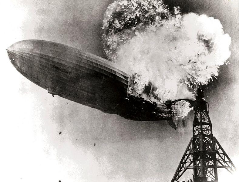 Hindenburg felaketine ait fotoğraf. Hindenburg zeplini 1937 yılında ilk uçuşunda sadece saniyeler içinde yanmaya başlamıştı. Kaynak, wikipedia, https://en.wikipedia.org/wiki/Hindenburg_disaster