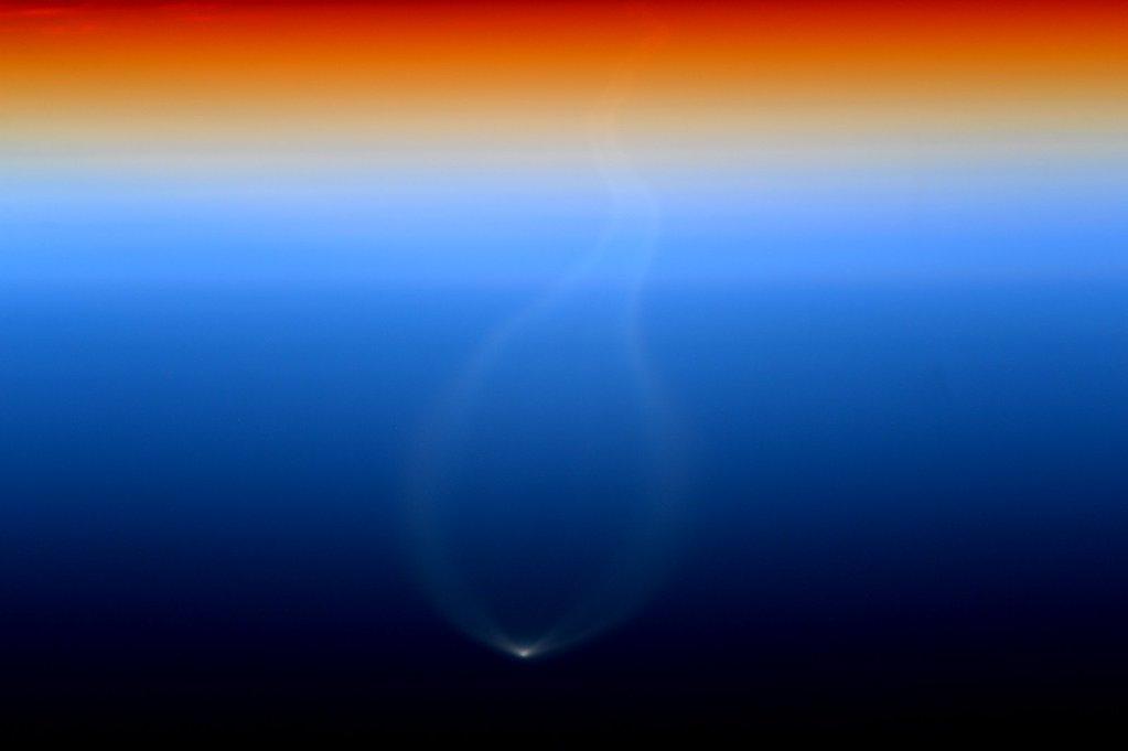 Uluslararası Uzay İstasyonu'nda görevde olan astronot Scott Kelly ufukta görünen Cygnus kargo aracını beklerken