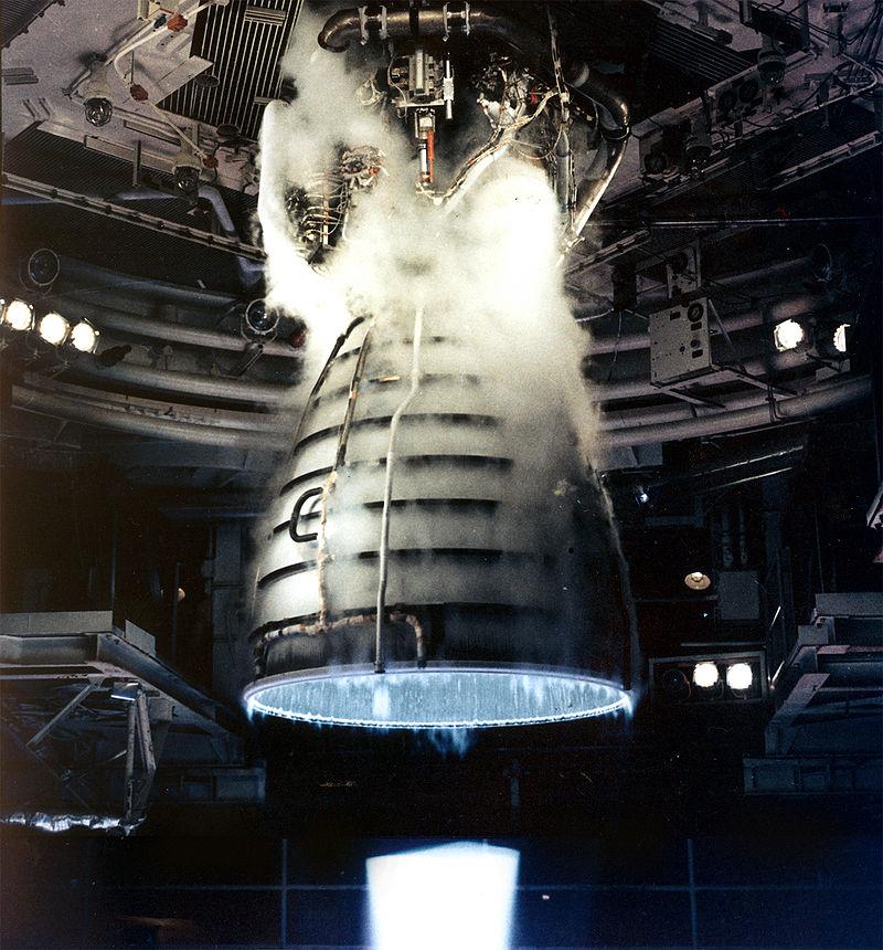 Uzay Mekiği Ana Motoru oksijenle hidrojeni yakıt olarak kullanmaktadır. Bu sırada ise tam itişte neredeyse görünmez bir alev üretir.