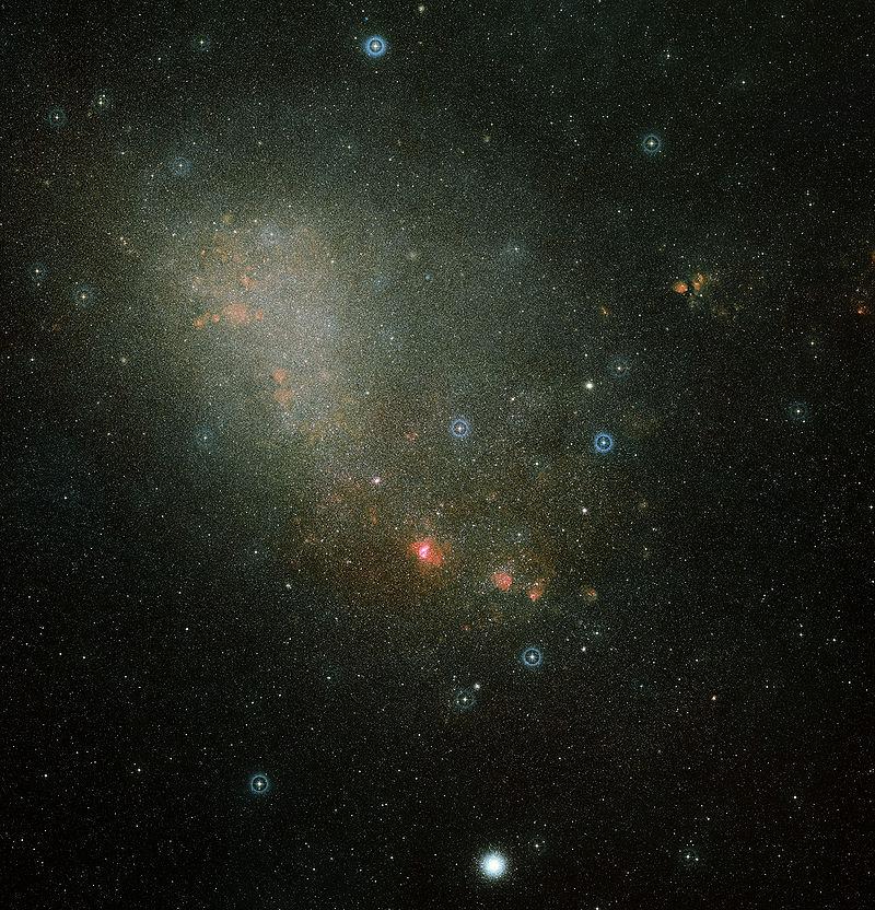 Digitized Sky Survey 2 tarafından elde edilen iki fotoğrafın birleştirilmesiyle elde edilen Küçük Magellan Bulutu'na ait görüntü.