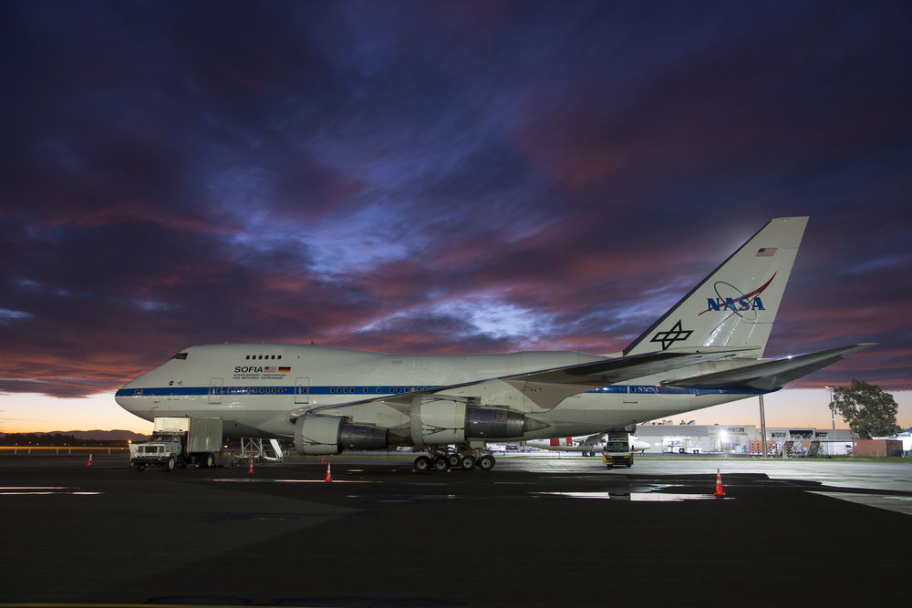 SOFIA. Üzerinde taşıdığı 2.5 metre çapındaki teleskop atmosferin oluşturduğu dezavantajlardan arınarak yerden 15 bin metre yukarıda araştırmacıların istediği gözlemleri yapma olanağına sahip. Credit: NASA Photo / Carla Thomas