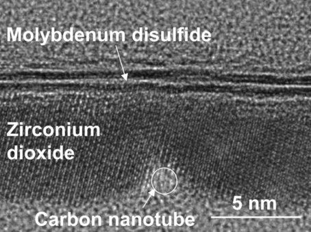Transistörün yan kesitine ait aktarmalı elektron mikroskobu görüntüsü. 1 nm uzunluğundaki karbon nanotüp geçit ve zirkonyum dioksit ile ayrılmış MoS2 yarıiletkeni görülüyor. (Credit: Qingxiao Wang/UT Dallas)